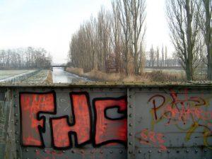 Auch die romantischen Orte haben es dem Künstler angetan. Ein zartes Pink an der Eisenbahnbrücke.
