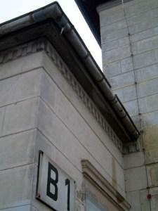 Typisch klassizistisch sind die waagerechten Nuten zur Strukturierung der Fassade, die den Friescker Bahnhof umlaufen.