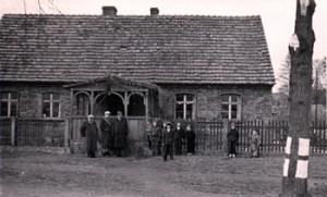 Das Haus der Familie Fritsch in Kutschlau, wenige Jahre nach dem Krieg