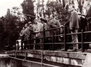 Abb. 3: Prof. Petersen mit Exkursionsteilnehmern an der Paulinenauer Steinbrücke