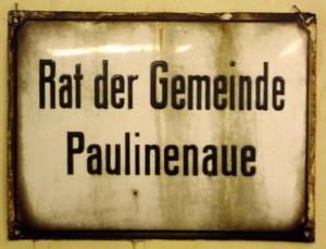"""Der """"Rat der Gemeinde"""" in der Brandenburger Allee war auf Emaille ausgeschildert."""