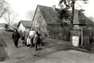 Am 18. März 2002 herrschte vormittags ein munteres Treiben vor der Kita Paulinchen. Ein frisches Grafitto leuchtet auf dem Stromkasten - vielleicht ein frühes Werk von FHC?.