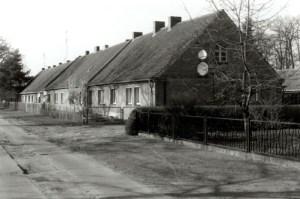 Der Krähenwinkel 2002. In der ehemaligen Gutsarbeitersiedlung wird noch mit Kohle geheizt. Die letzte Sanierung liegt schon mehr als 40 Jahre zurück.