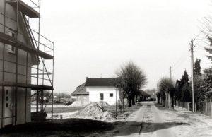 Noch vor wenigen Jahren stand hier mit dem Düngerschuppen das längste Gebäude Paulinenaues. 2002 liegt der Abriss zwei Jahre zurück und Bauarbeiten für Einfamilienhäuser haben begonnen.