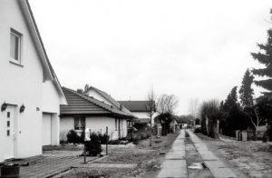 Im Jahre 2007 ist die linke Straßenseite bebaut. Die Strommasten sind verschwunden und auch die alte Schweißerei Goldschmidt - rechter Hand und hier nicht im Bild - ist just abgerissen worden.