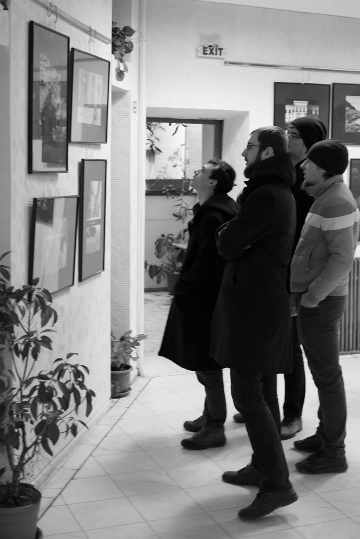 Expoziţie de fotografie Printre popi şi doamne - organizator Clubul Fotografilor Iasi Paul Padurariu cadre oameni prezenti la expozitie 1