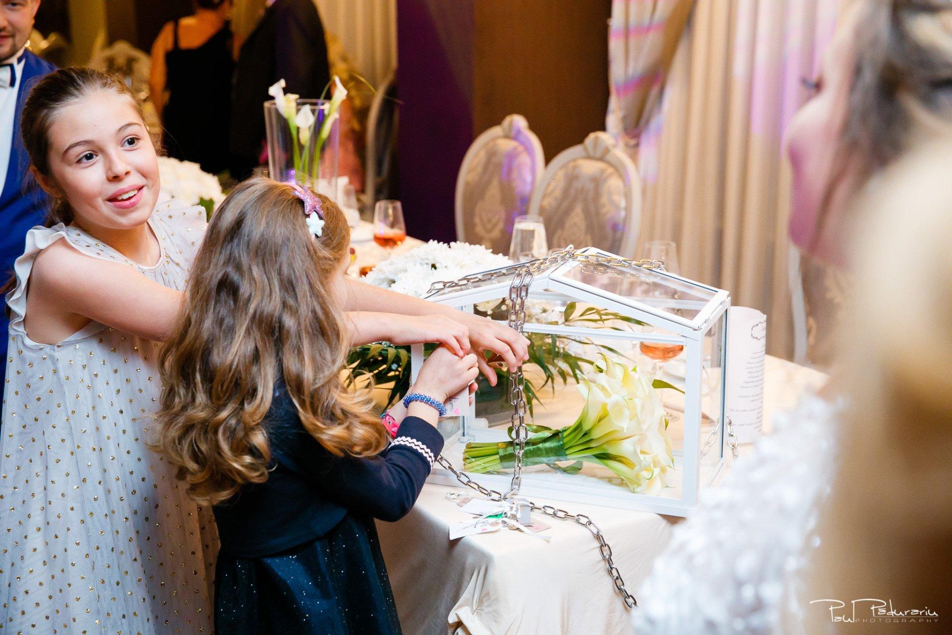 Petrecere la Pleaiada nunta cu tema Paris Ema si Tudor fotograf profesionist de nunta iasi www.paulpadurariu.ro © 2017 Paul Padurariu - furatul buchetului miresei