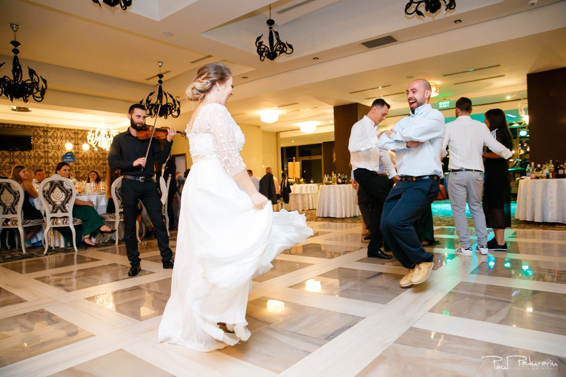 Petrecere la Pleaiada nunta Ema si Tudor fotograf profesionist de nunta iasi www.paulpadurariu.ro © 2017 Paul Padurariu momentul preferat al miresei dans alaturi de fratele sau 2