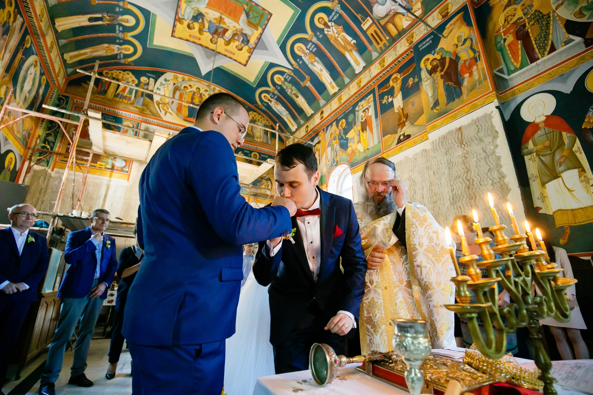 Alexandra si Vlad nunta iasi cununia religiosa mirele saruta mana nasului - fotograf profesionist nunta www.paulpadurariu.ro © 2017 Paul Padurariu