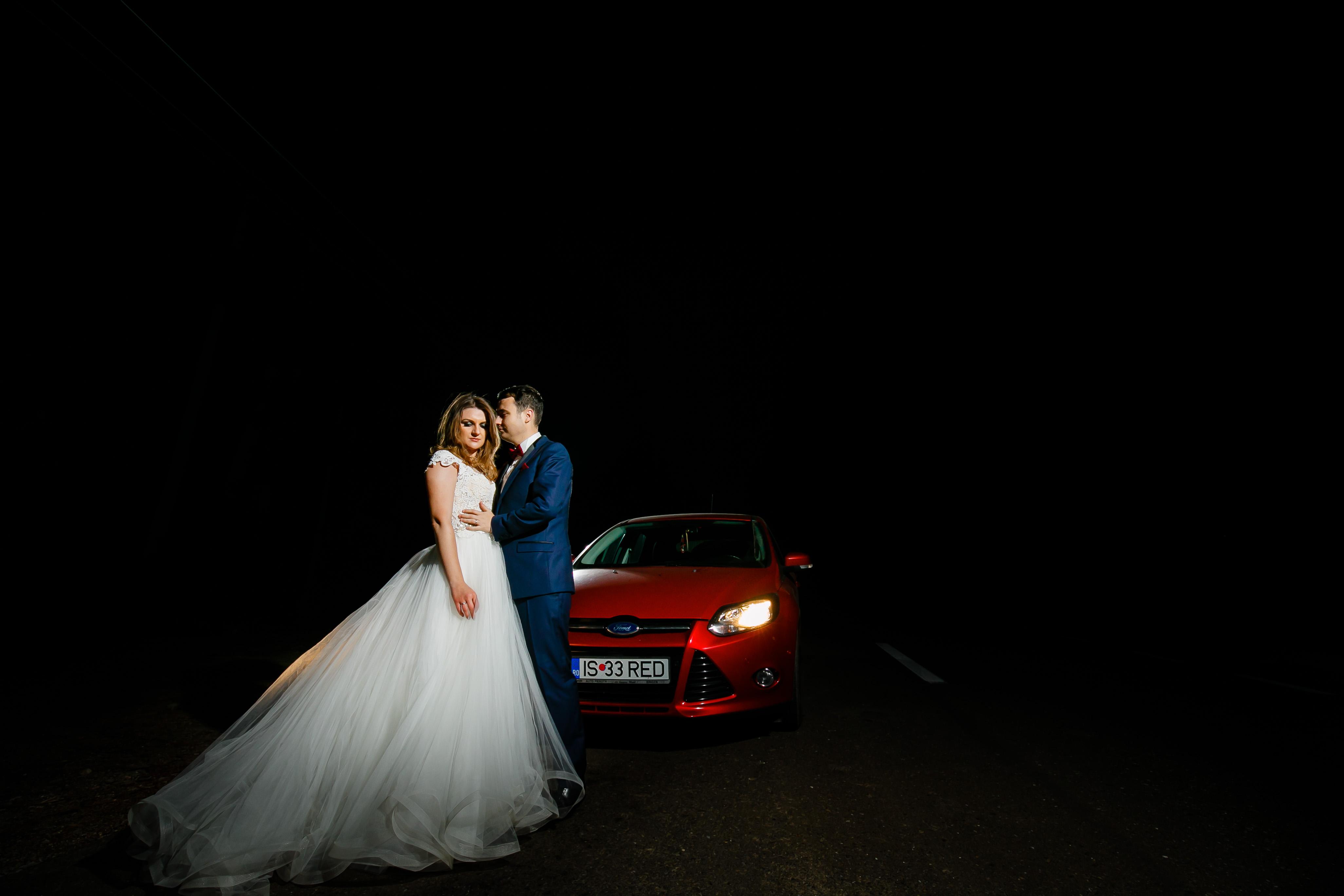 Vlad si Alexandra sedinta foto trash the dress noaptea pe Rarau www.paulpadurariu.ro © 2017 Paul Padurariu fotograf nunta iasi masina