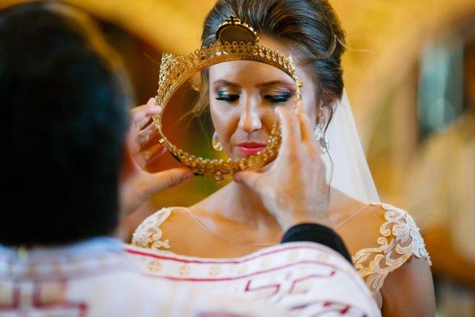 Loredana si Ciprian mireasa in timpul cununiei religioase Biserica Sf. Sava fotograf nunta Iasi www.paulpadurariu.ro © 2017 Paul Padurariu