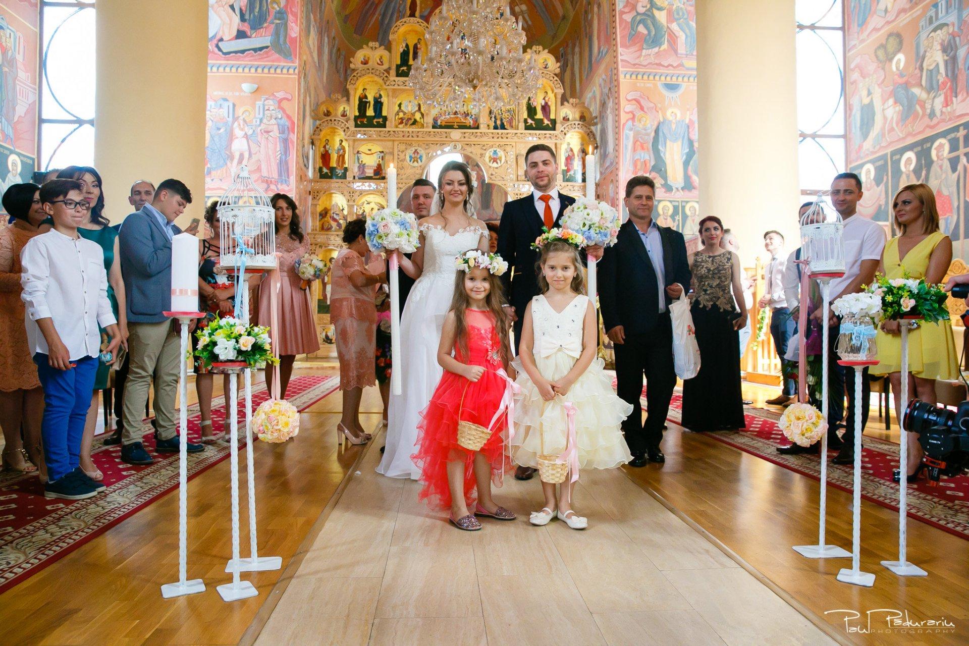 Adriana si Iulian iesirea din Biserica Sfântul Prooroc Daniel - fotograf profesionist Iasi www.paulpadurariu.ro © 2017 Paul Padurariu