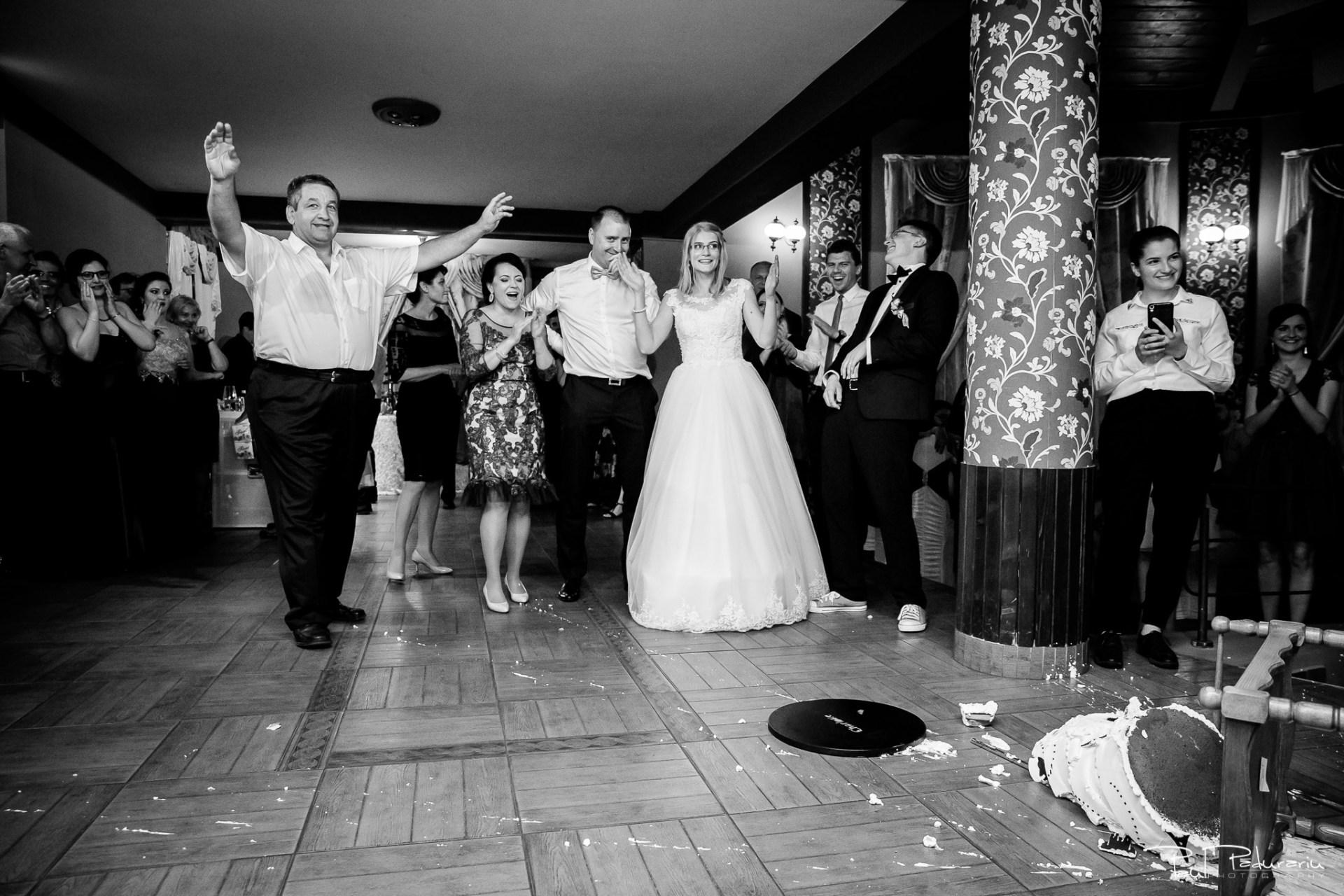 Anca si Razvan petrecere restaurant American Iasi - Paul Padurariu fotograf profesionist nunta iasi www.paulpadurariu.ro © 2018 Paul Padurariu - tort fals