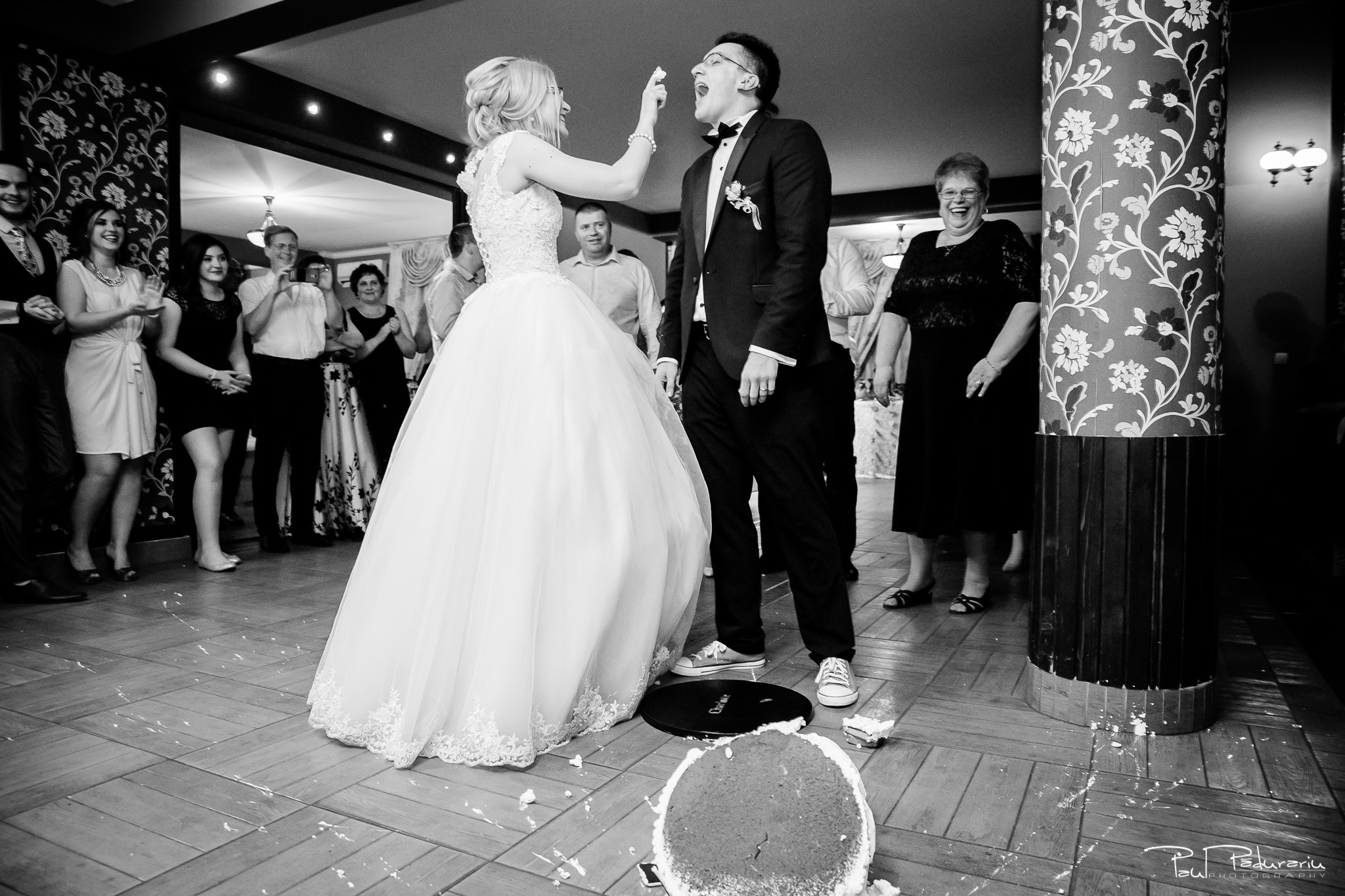 Anca si Razvan petrecere restaurant American Iasi - Paul Padurariu fotograf profesionist nunta iasi www.paulpadurariu.ro © 2018 Paul Padurariu - tort fals 1