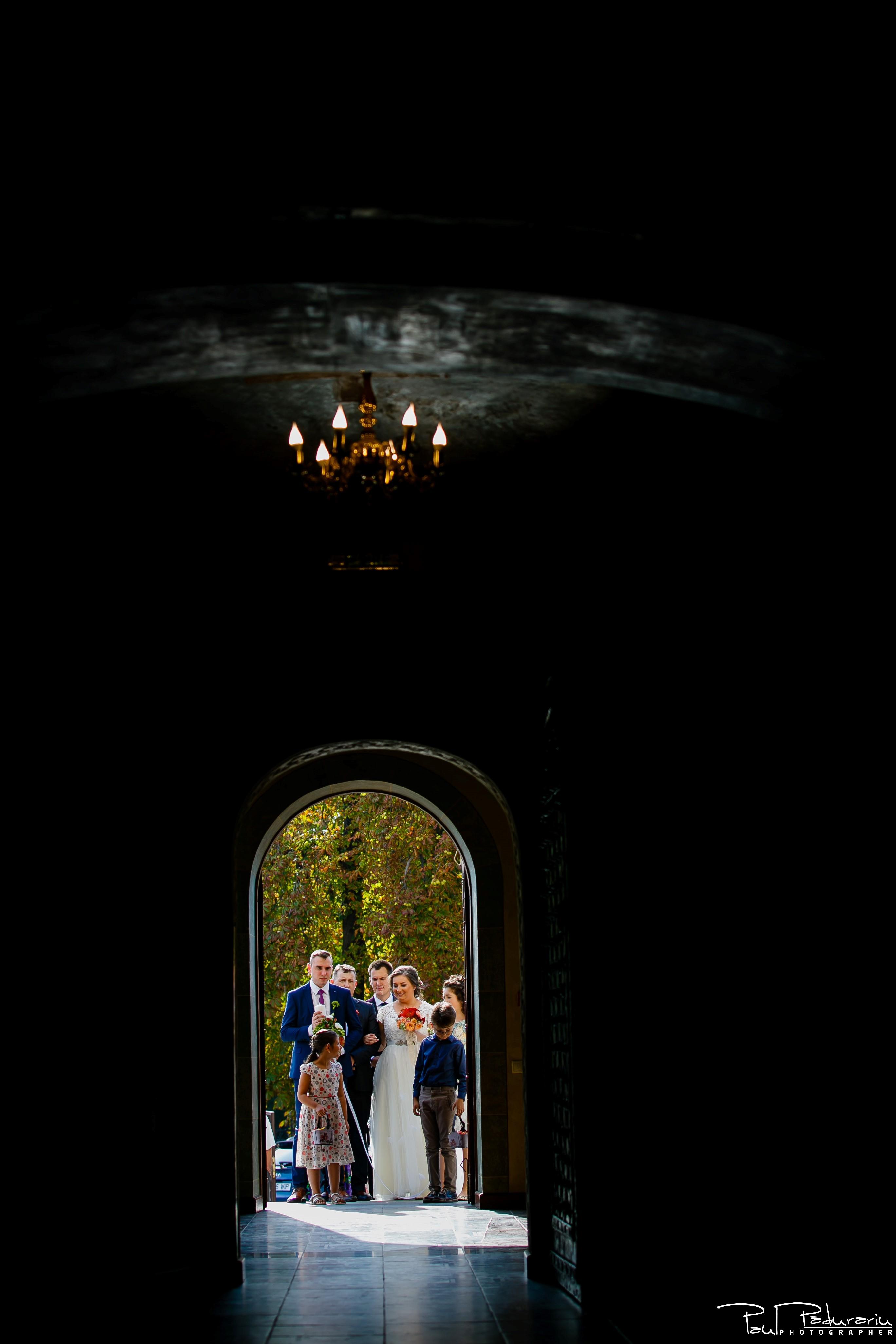 Cristina si Razvan nunta rustica la Bellaria Iasi cununia religioasa intrarea in biserica fotograf profesionist nunta www.paulpadurariu.ro © 2017 Paul Padurariu