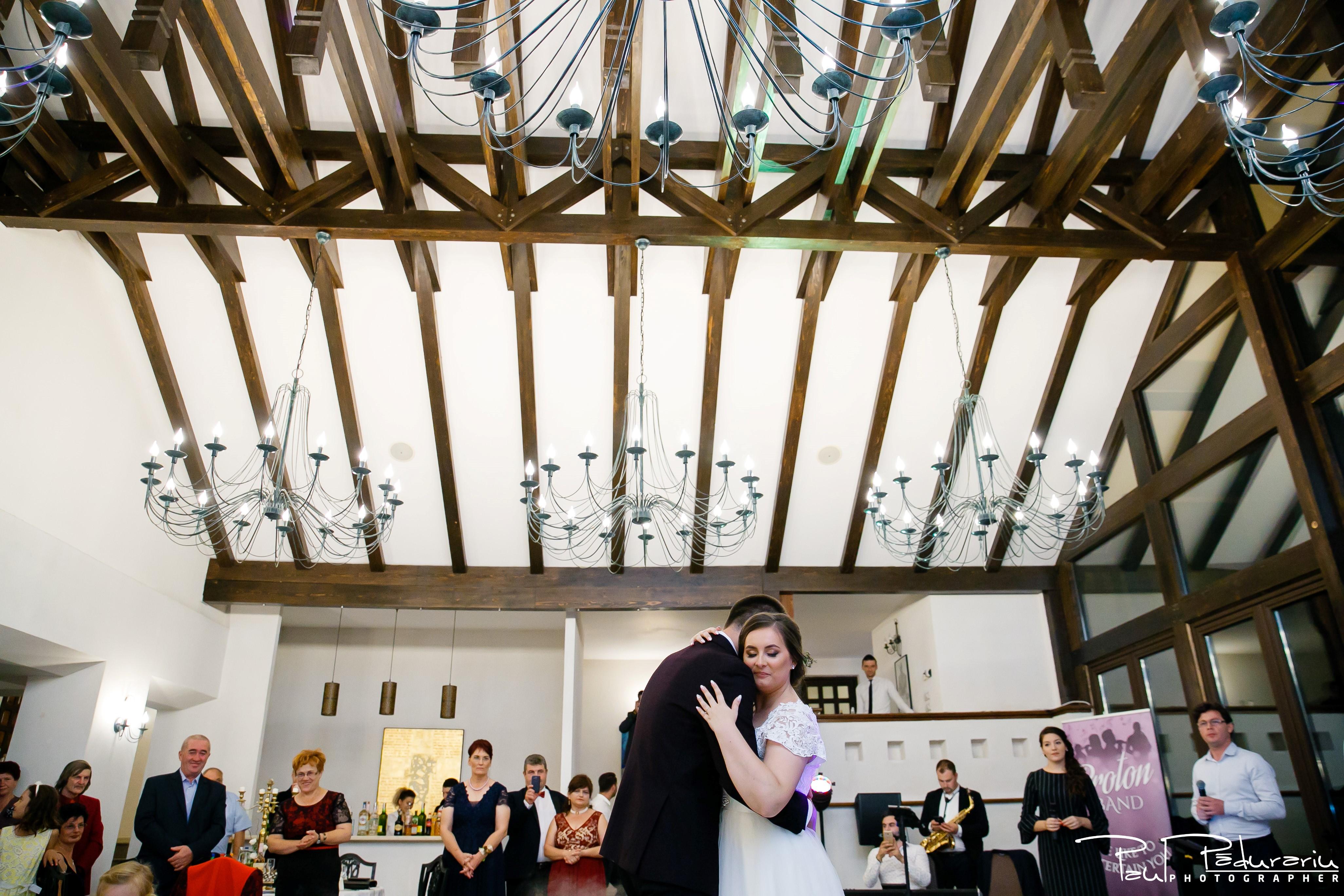 Cristina si Razvan nunta rustica la Bellaria Iasi imbratisare dansul mirilor foto fotograf profesionist nunta www.paulpadurariu.ro © 2017 Paul Padurariu