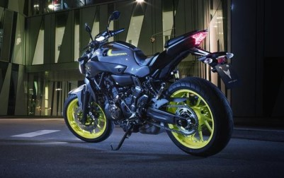 2016-Yamaha-MT-07-EU-Night-Fluo-Static-003