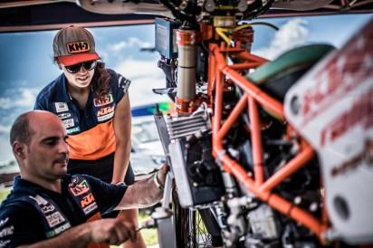 163411_Laia Sanz _ Mechanic KTM 450 RALLY Bivouac Dakar 2017