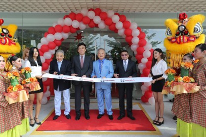01 Management of Honda Malaysia and Yong Ming Motor Sdn Bhd at the ribbon cutting ceremony of the new Honda 3S Centre-BM