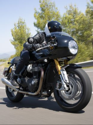 Thruxton-RS---Acc.-lifestyle-10