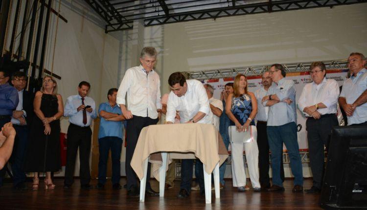 Deputados participam de assinatura de pacote de obras na Paraíba