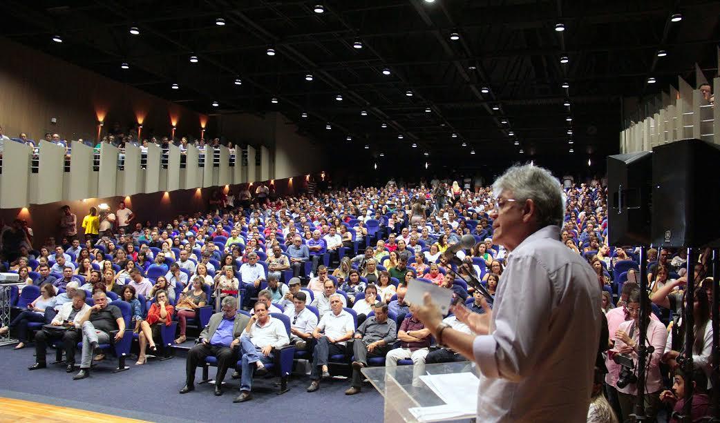Ricardo dá posse a mil professores aprovados no concurso público