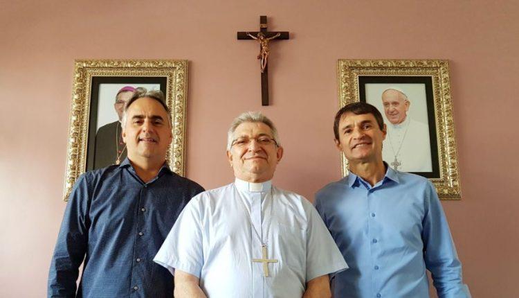 Ao lado de Romero, Lucélio defende cultura de paz em reunião com bispo de CG