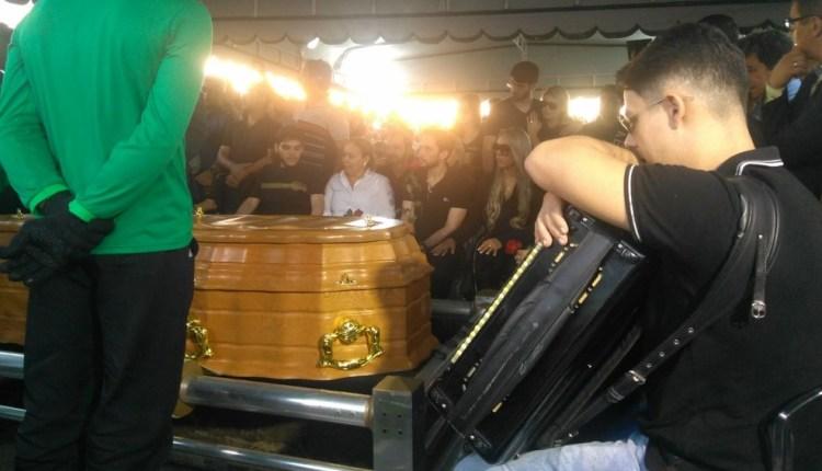 Sob forte comoção, corpo de Rômulo Gouveia é enterrado em Campina Grande