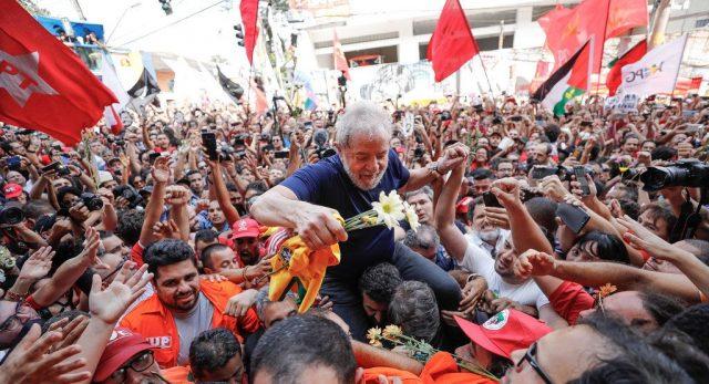 Desembargador manda soltar Lula ainda neste domingo, mas Moro tenta impedir