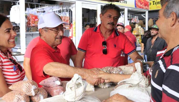 Maranhão comenta pesquisa em visita a mercado público do Valentina e de Mangabeira