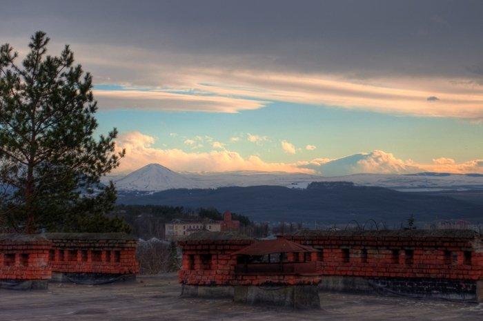 Юца, Джуца, Эльбрус над крышами