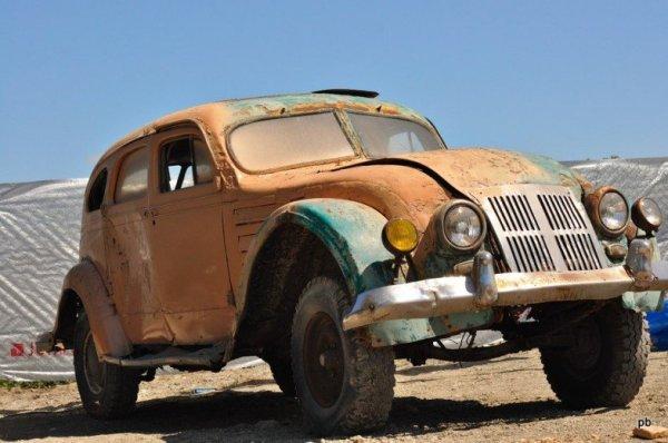 Панорама внутри старого автомобиля Chrysler Airflow