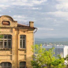 Старое здание напротив Интуриста