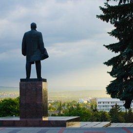 Памятник ленину и удивительно красивые лучи заходящего Солнца