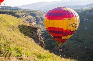 Воздушный шар вблизи скалы