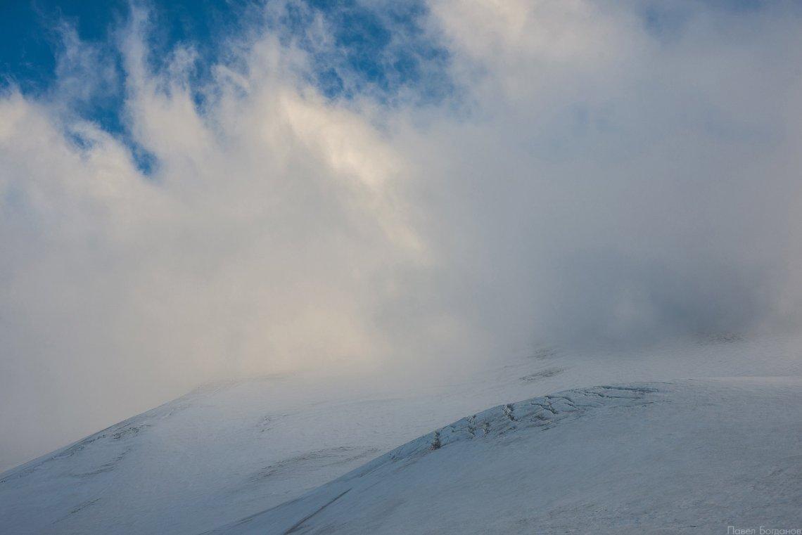 Эльбрус в облаках, вид в сторону восточной вершины