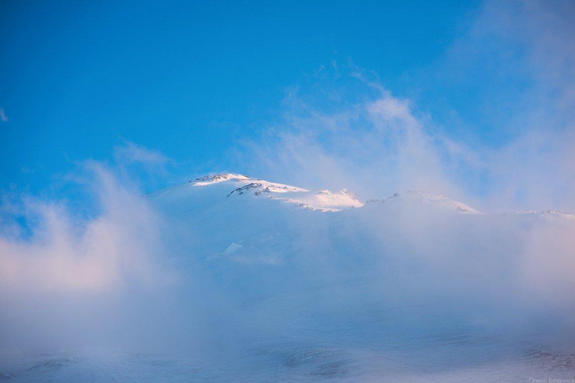 Восточная вершина Эльбруса на закате, вид с высоты 3800 с нашего штурмового лагеря