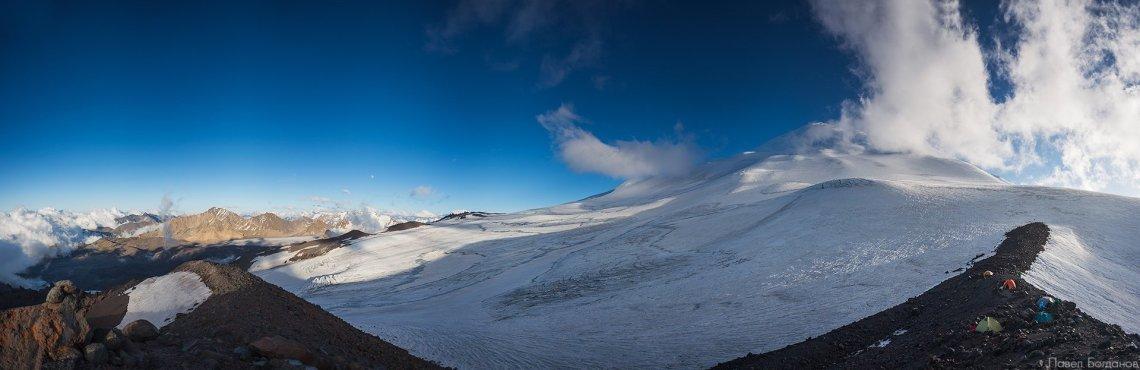 Панорама Эльбруса и окрестных гор с высоты 3800 метров