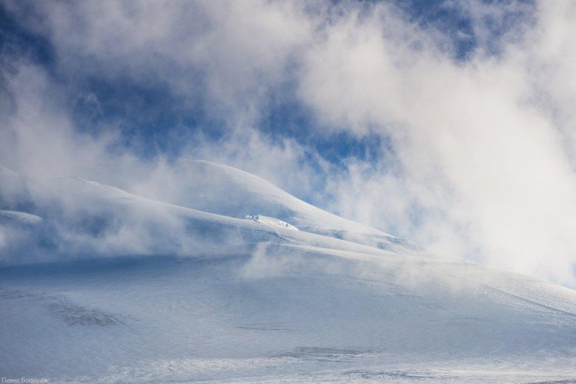 Восточная вершина Эльбруса в облаках