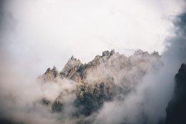 Скалы в облаках