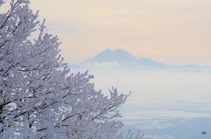 Так выглядит Эльбрус зимой с вершины Машука