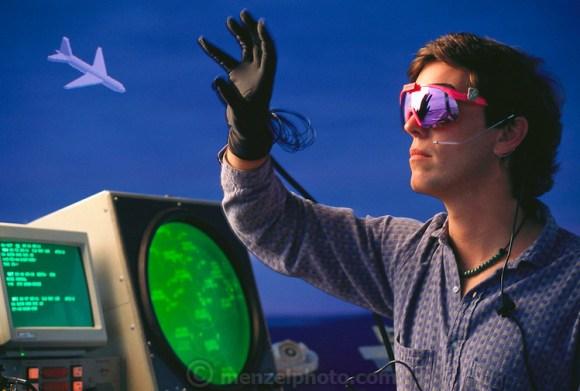 Bil vajman iz tehnološke laboratorije za ljudski interfejs demonstrira primenu VR tehnologije u kontroli vazdušnog saobraćaja, koristeći senzorske rukavice i očima navođene lasere