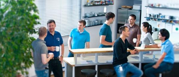 Mladi stažisti u prostorijama za obuku kompanije BMW