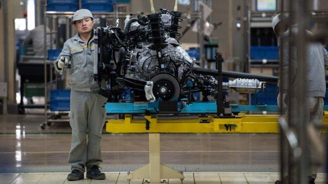 Kineski radnik proverava deo motora sa proizvodne linije francuskog Renoa i kineskog kooperanta, fabrike Dongfeng. Foto: Johannes Eisele/AFP/Getty Images/NPR
