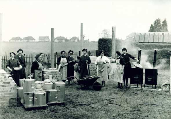 Britanke iz redova Civilne odbrane, sredina 1960-tih: čas kuvanja korišćenjem Sojeovih kazana i peći