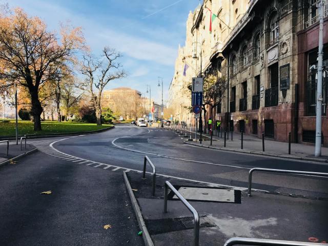 Obično veoma živa, a sada pusta, ulica ispred hotela Four Seasons u Budimpešti u kom su se održavali bilateralni susreti premijera Kine sa premijerima CIEZ. Policija je hermetički zatvorila nekoliko blokova oko hotela. Foto Pavle Basic