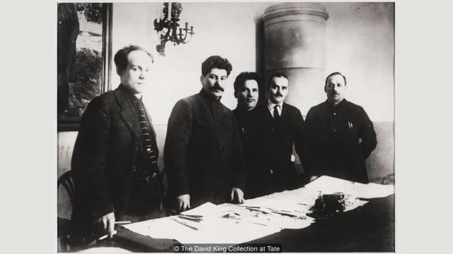 Ova slika iz 1926. jedna je od najboljih primera retuširanja u tokom staljinističke ere