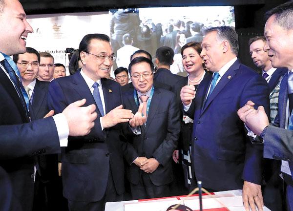 Kineski premijer Li Kećang i premijer Mađarske Viktor Orban (centar, desno) razgovarali su sa preduzetnicima nakon otvaranja sedmog trgovinsko- ekonomskog Foruma zemalja Centralne i Istočne Evrope u Budimpešti. JU PENG / XINHUA