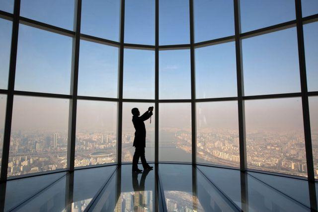 Posetilac pravi selfie na zastakljenom vidikovcu Svetske kule korporacije Lotte, Seul, 16. mart (SeongJoon Cho/Bloomberg)