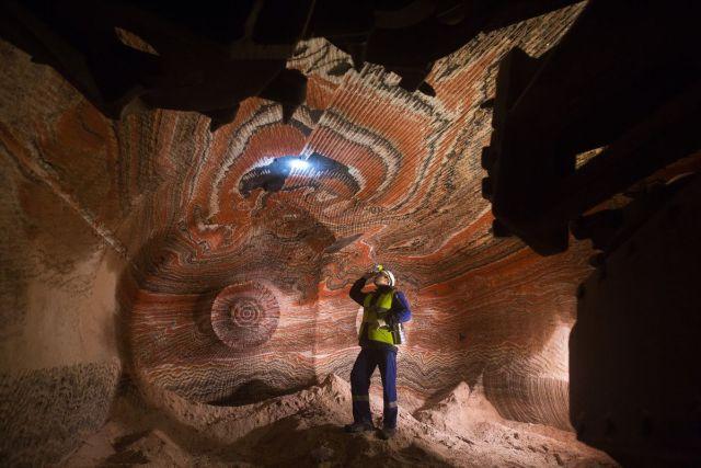 Radnik meri koncentraciju štetnih gasova u podzemnom rudniku potaše (kalijuma) u ruskom Permskom regionu, 2. novembra (Andrey Rudakov/Bloomberg)